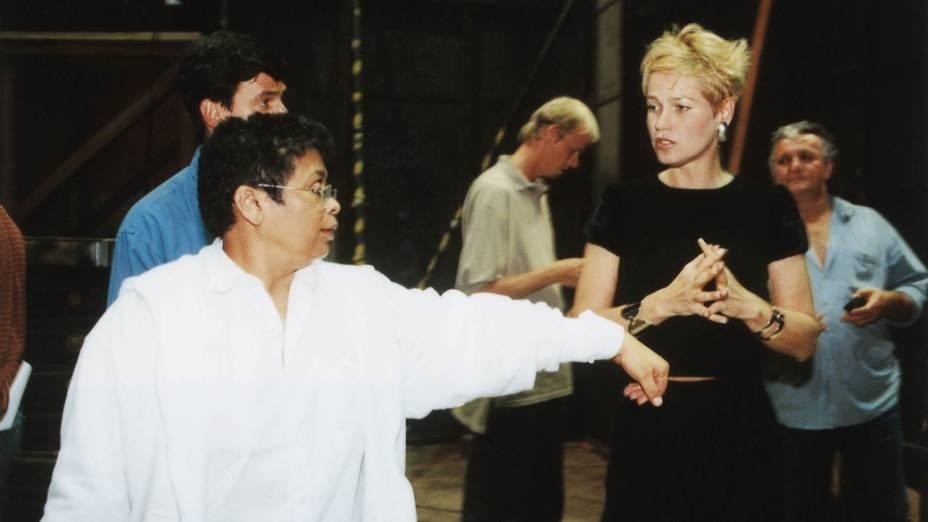 Marlene Mattos, diretora de núcleo da Rede Globo, conversando com Xuxa, 2000