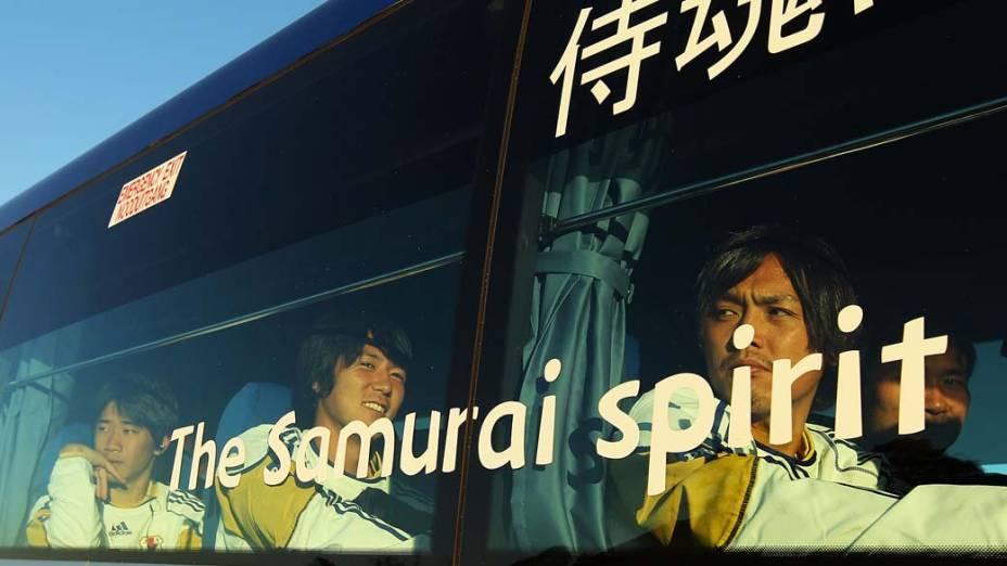 O jogador japonês Yasuhito Endo olha pela janela enquanto o ônibus da seleção deixa George, na Áfica do Sul.
