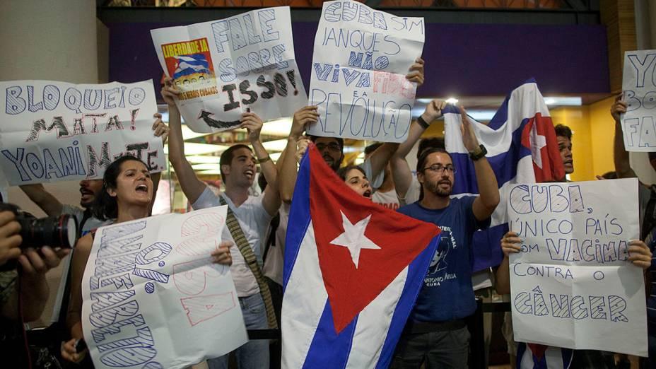 Manifestantes protestam diante da Livraria Cultura antes de encontro com a blogueira cubana Yoani Sánchez