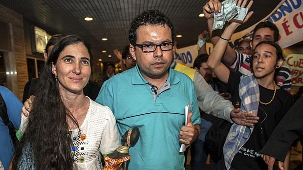 Yoani Sanchéz, ao lado do cineasta Dado Galvão, chega ao Brasil: militantes pró-ditadura no encalço