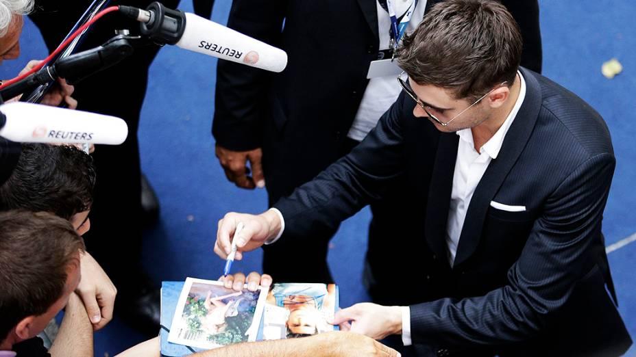 """O ator Zac Efron dá autógrafos durante sessão de fotos do filme """"At Any Price"""" no 69º Festival de Venez"""