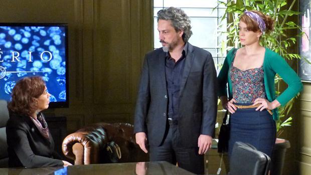 Zé Alfredo (Alexandre Nero) adota Cristina (Leandra Leal) e promete cargo na diretoria da rede de joalherias