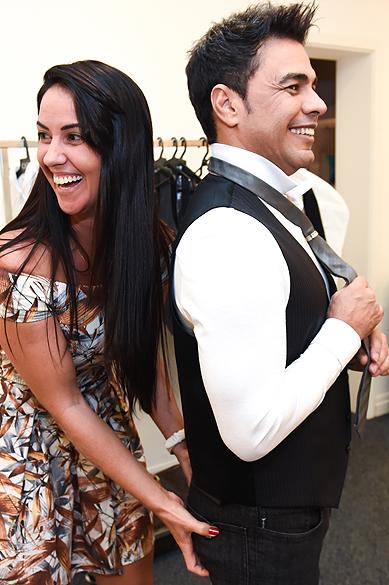 Zezé Di Camargo e a namorada Graciele Lacerda no camarim das gravações do DVD Flores em Vida