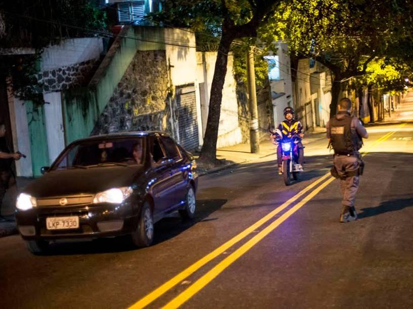 A Rua São Miguel interditada nos dois sentidos, desviando o trânsito na Tijuca, na noite do último dia 1º de julho: os confrontos no Morro do Borel revoltaram a população, principalmente após a morte de um jovem que carregava um saco de pipoca