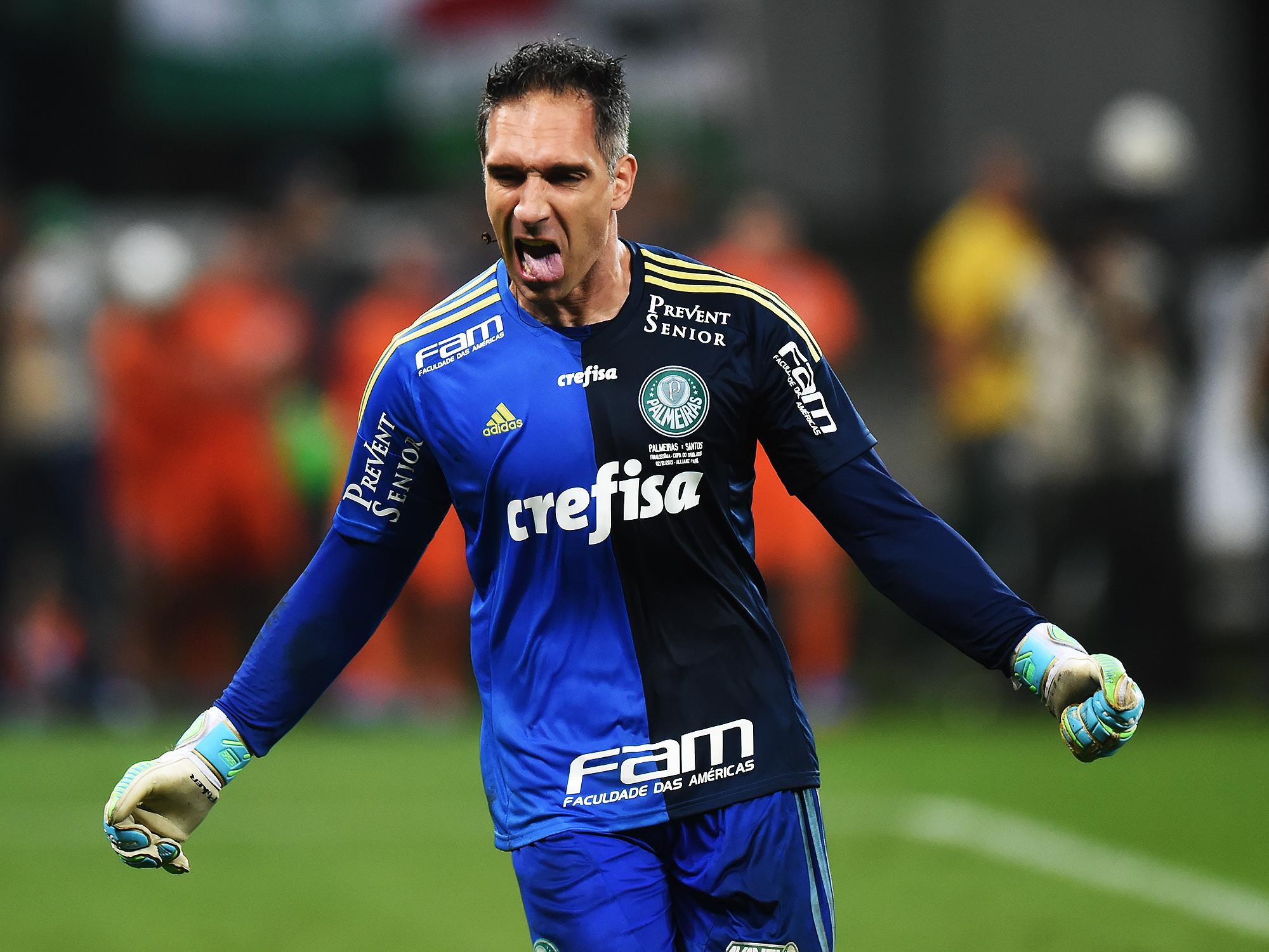 Fernando Prass do Palmeiras comemora a conquista da Copa do Brasil 2015, após vitória na partida final contra o Santos, na Arena Palmeiras, na Pompéia, região oeste de São Paulo, nesta quarta (02)
