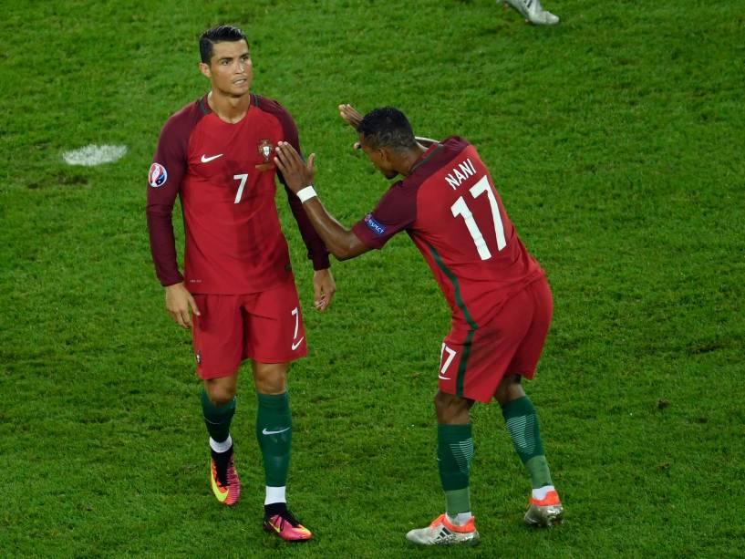 Cristiano Ronaldo é consolado por Nani após desperdiçar pênalti contra a Áustria, em Paris