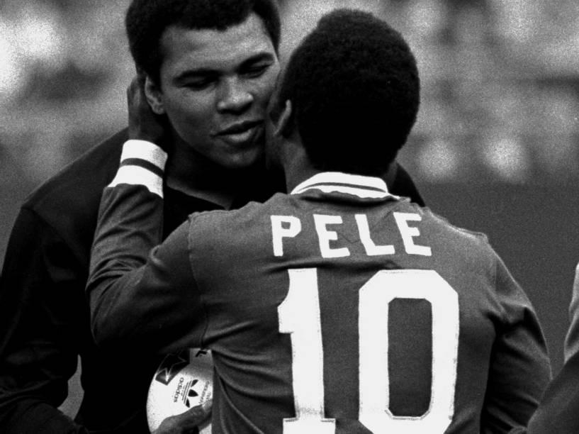 Pelé abraça o boxeador Muhammad Ali em sua despedida do futebol, pelo New York Cosmos, em 1977