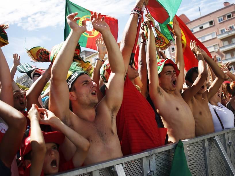 Torcedores portugueses comemoram o título inédito da Eurocopa 2016, pelas ruas de Lisboa - 11/07/2016