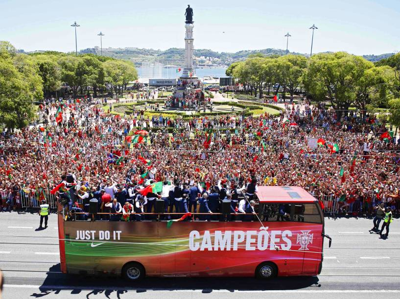 Jogadores da seleção portuguesa desfilam em ônibus aberto pelas ruas de Lisboa, para comemorar o título inédito da Eurocopa 2016 - 11/07/2016