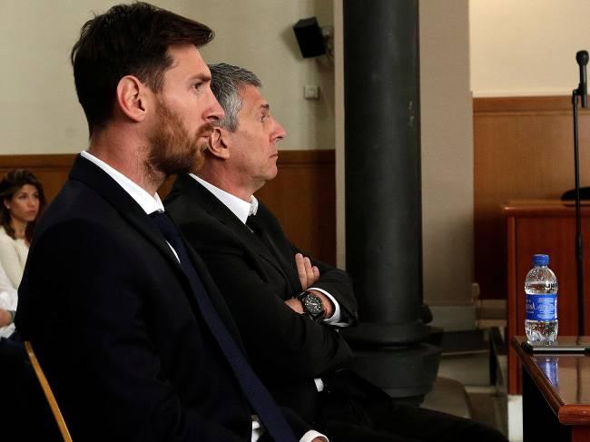 Jogador argetino do Barcelona, Lionel Messi e seu pai Jorge Horacio Messi, aguardam em tribunal onde respondem processo por sonegação de impostos