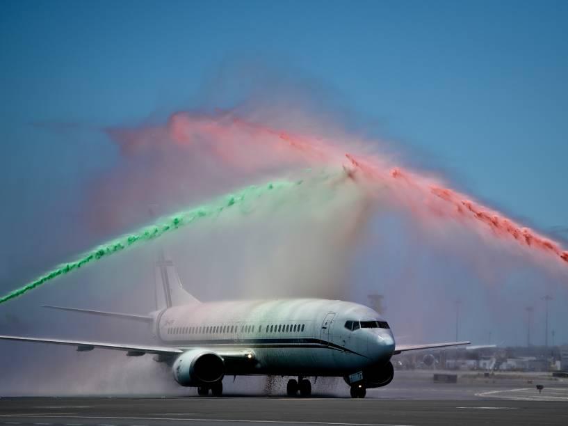 Jatos de água nas cores da bandeira de Portugal são lançados sobre o avião da seleção campeã da Eurocopa na chegada ao aeroporto de Lisboa - 11/07/2016