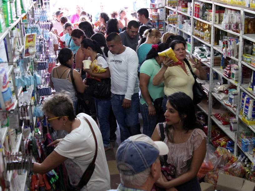 Cidadãos venezuelanos compram produtos em um supermercado cidade na colombiana de Cocuta para tirar proveito da abertura temporária de fronteira