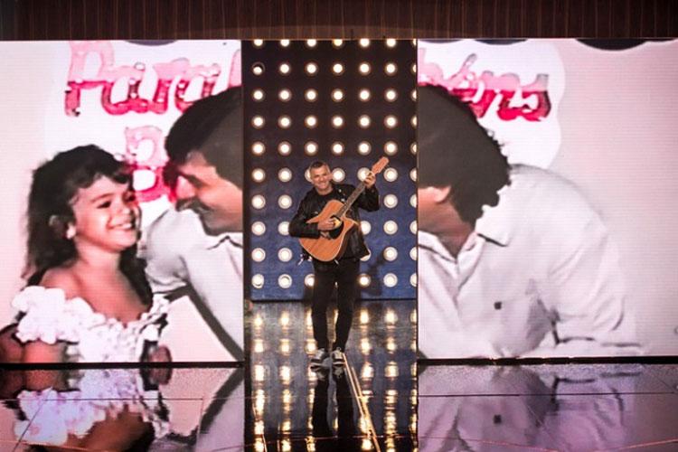 Telmo Maia, pai de Bruna Marquezine, canta em homenagem à filha no Tamanho Família