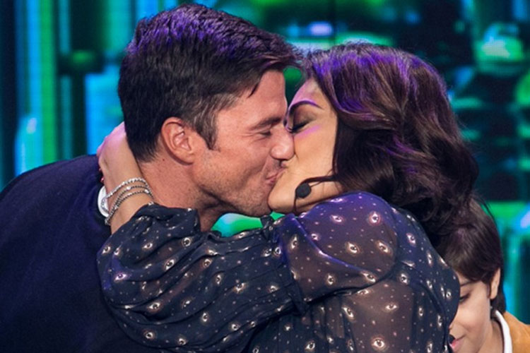 Juliana Paes beija o marido na estreia de Marcio Garcia em Tamanho Família