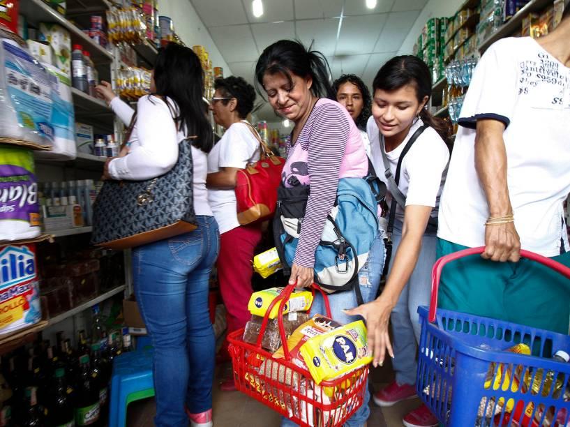 Venezuelanos aproveitam abertura da fronteira para comprar mantimentos em um supermercado na cidade de Cucuta, na Colômbia - 10/07/2016