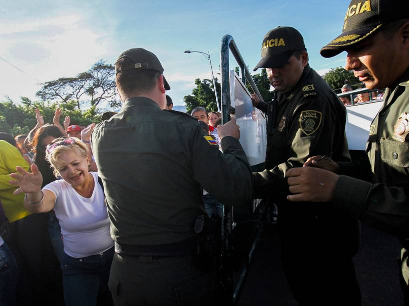 Policiais liberam o acesso à fronteira enquanto cidadãos venezuelanos atravessam a ponte Simon Bolívar em San Antonio del Táchira, na Venezuela em direção a Cucuta, na Colômbia - 10/107/2016