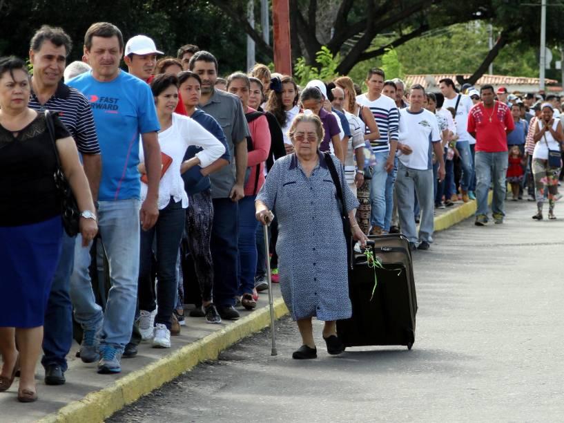 Cidadãos venezuelanos fazem fila para atravessar a ponte Simon Bolívar e aproveitar a abertura temporária de fronteira para entrar na Colômbia - 10/07/2016