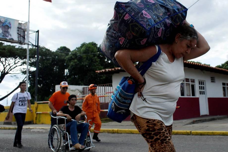 Mulher atravessa a fronteira de volta para a Venezuela após comprar mantimentos na Colômbia - 10/07/2016