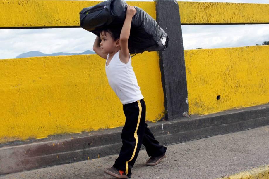 Criança atravessa a ponte Simon Bolívar de volta para a Venezuela após comprar mantimentos na Colômbia - 10/07/2016
