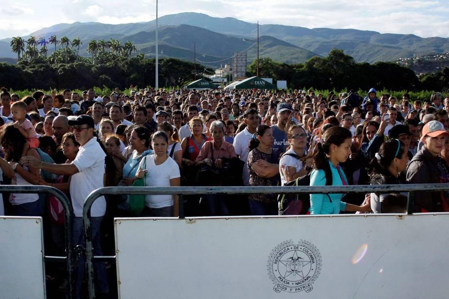 Venezuelanos aguardam a abertura da fronteira com a Colômbia para comprar remédios e mantimentos no país vizinho - 10/07/2016