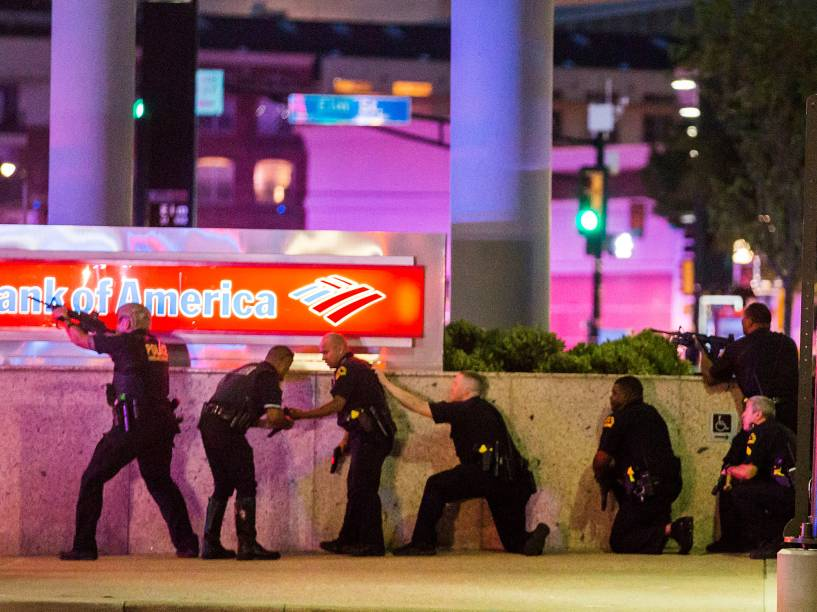 Policiais de Dallas (EUA), entram em confronto com atiradores, após tiros serem disparados durante protesto do Black Lives Matter - 07/07/2016