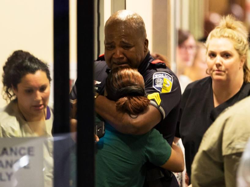 Policial é consolado no Hospital Universitário de Baylor, em Dallas (EUA), após atiradores matarem cinco policiais, durante protesto contra a violência racial - 07/07/2016