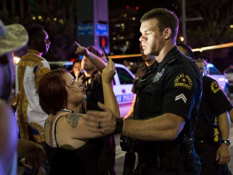 Policial tenta acalmar a multidão após ataque de atiradores durante protesto contra violência em Dallas, no Texas (EUA) - 08/07/2016
