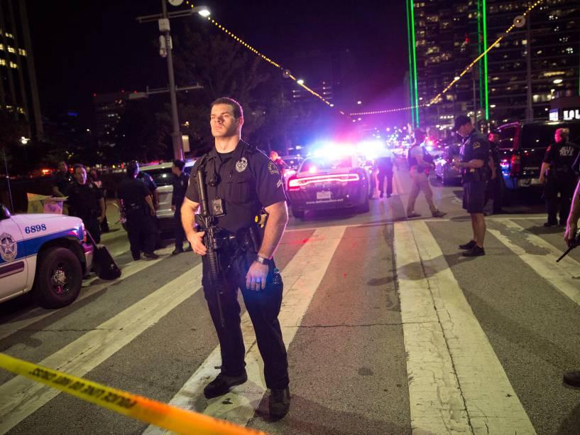 Oficiais de polícia montam barricadas após ataque de atiradores contra policiais em uma manifestação contra violência em Dallas, no Texas (EUA) - 08/07/2016