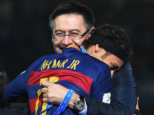 O jogador Neymar e o presidente do Barcelona, Josep Maria Bartomeu