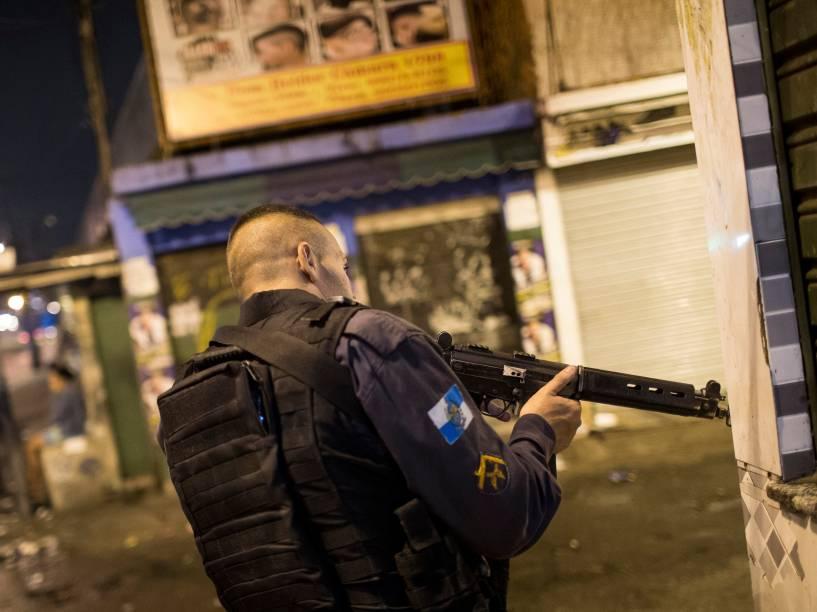 Um policial na entrada da localidade conhecida como Feirinha, no Jacarezinho, um dos pontos de maior concentração de traficantes que voltaram a dominar a região: só nesta favela sete policiais foram baleados este ano
