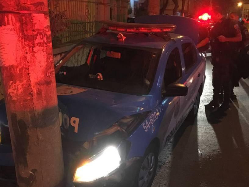 A viatura da UPP Lins batida após o ataque dos traficantes. Além da morte do soldado Victor Eric, o cabo Rafael Mello foi baleado na mão