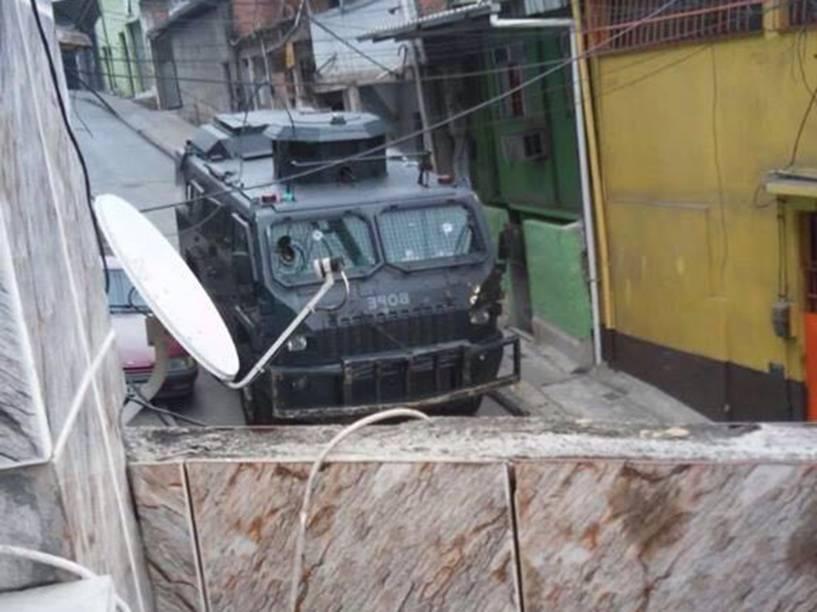 O blindado do Bope na Vila Cruzeiro, onde um traficante morreu, dois policiais e duas moradoras ficaram feridas no último dia 3: tiroteios entre policiais e bandidos ali são diários