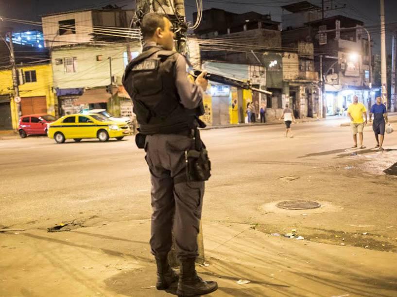 Avenida Dom Helder Câmara, em frente à Cidade da Polícia Civil, meia noite: policiais tentam patrulhar a região para evitar a travessia de bandidos entre Jacarezinho e Manguinhos, que voltou a ser constante, apesar das UPPs instaladas na região