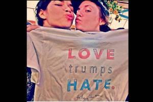 A atriz americana America Ferrera, com camiseta em apoio à candidata democrata Hillary Clinton