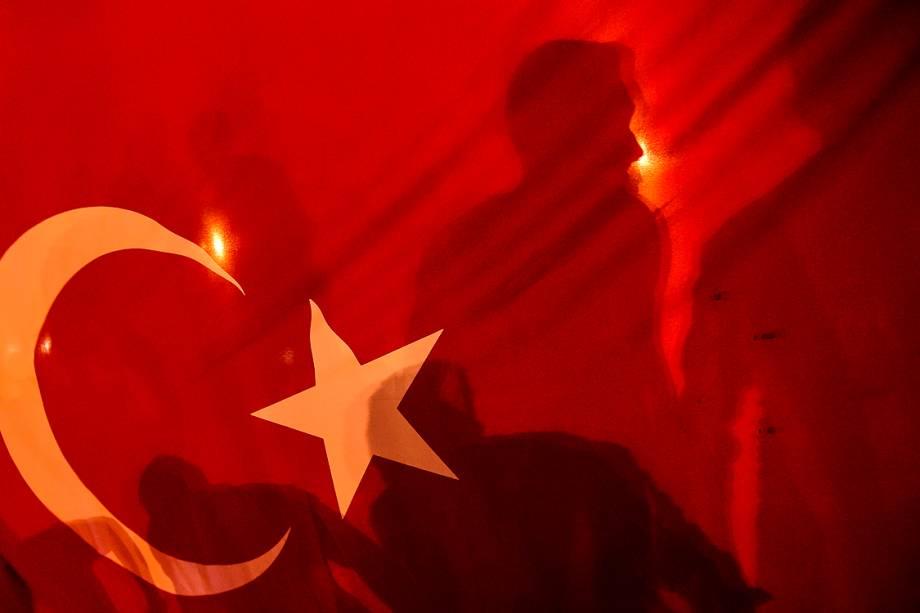 População turca comemora prisão de militares após tentativa de golpe - 16/07/2016
