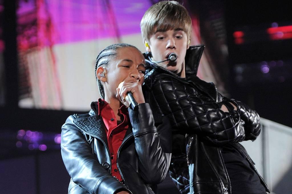 Jaden Smith e Justin Bieber se apresentam durante o 53° Grammy Awards, em Los Angeles