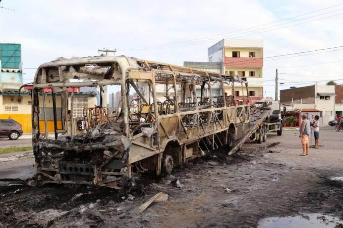 Bandidos queimam ônibus em Natal