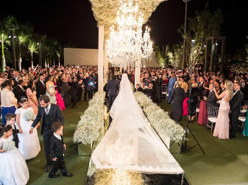 A noiva usou vestido bordado com fios de pérolas e véu de 8 metros de comprimento