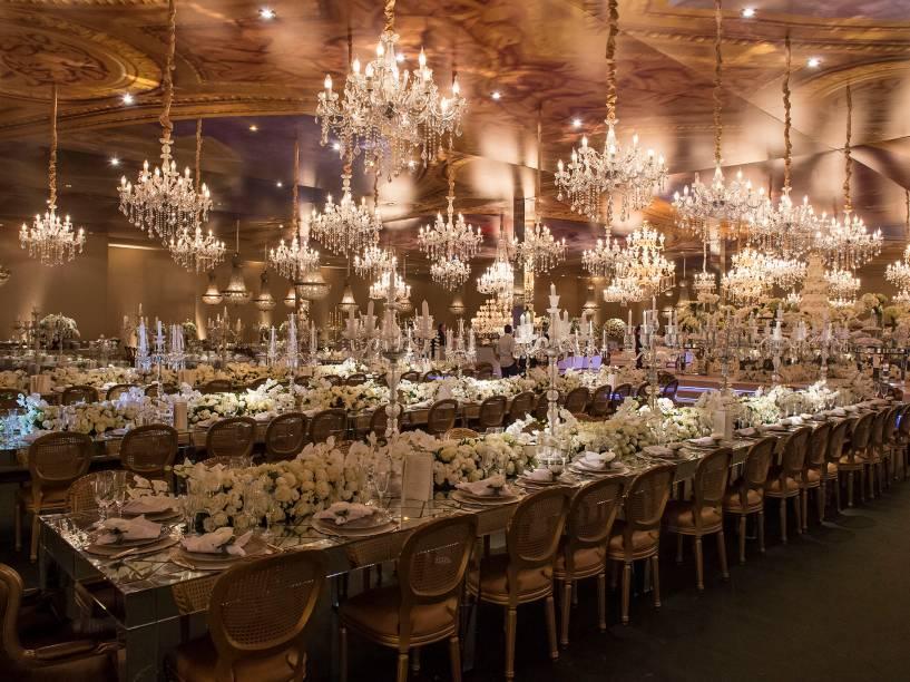 O salão de festas: iluminado por 93 lustres e teto que reproduzia os afrescos do Palácio de Versalhes<br><br>