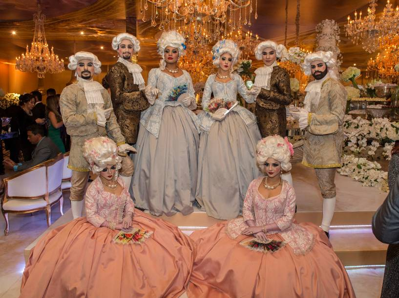 """Atores vestidos de cortesãos: para dar o """"clima palaciano"""" pedido pela noiva e fazer selfies com os convidados"""