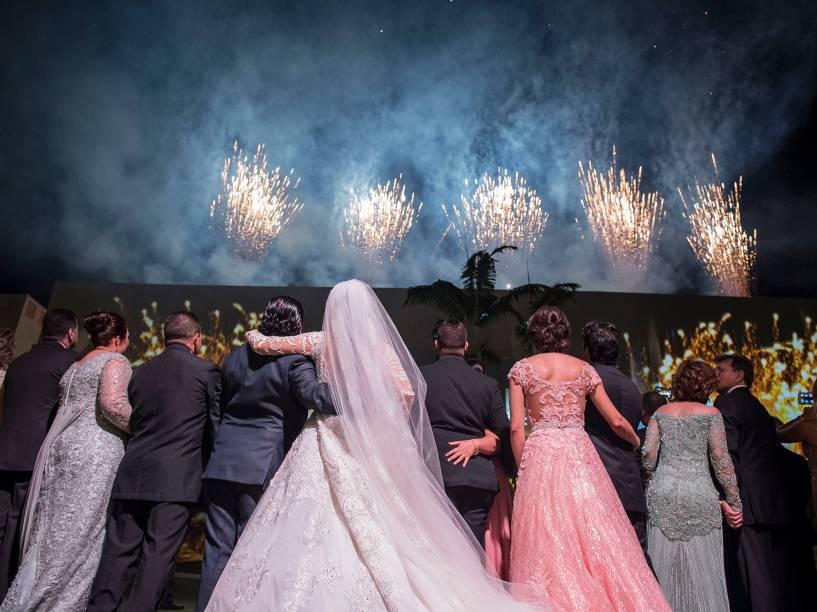 Ao final, uma bateria de sete minutos de fogos de artifício iluminou o céu