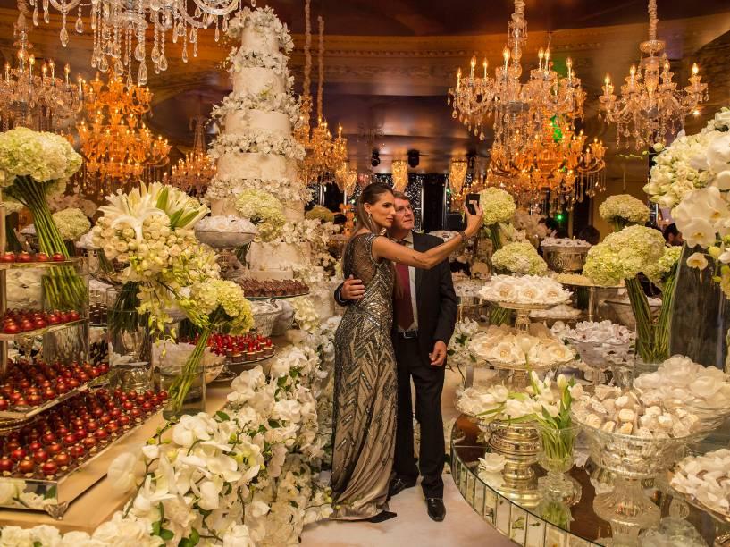 <br><br>O bolo, 40 000 reais, tinha de 2,5 metros de altura e foi ladeado por 12 000 doces