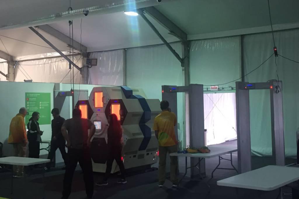 Funcionários operam equipamento de raio X que será usado na segurança da Rio 2016