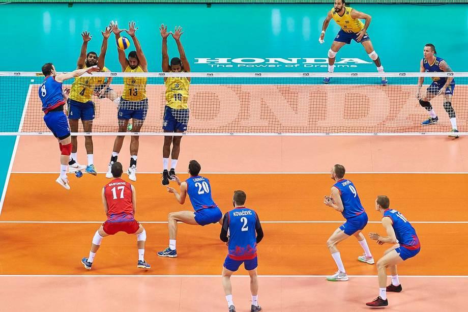 Partida entre Brasil e Sérvia pela final da Liga Mundia de vôlei, em Cracóvia, na Polônia, neste domingo (17)
