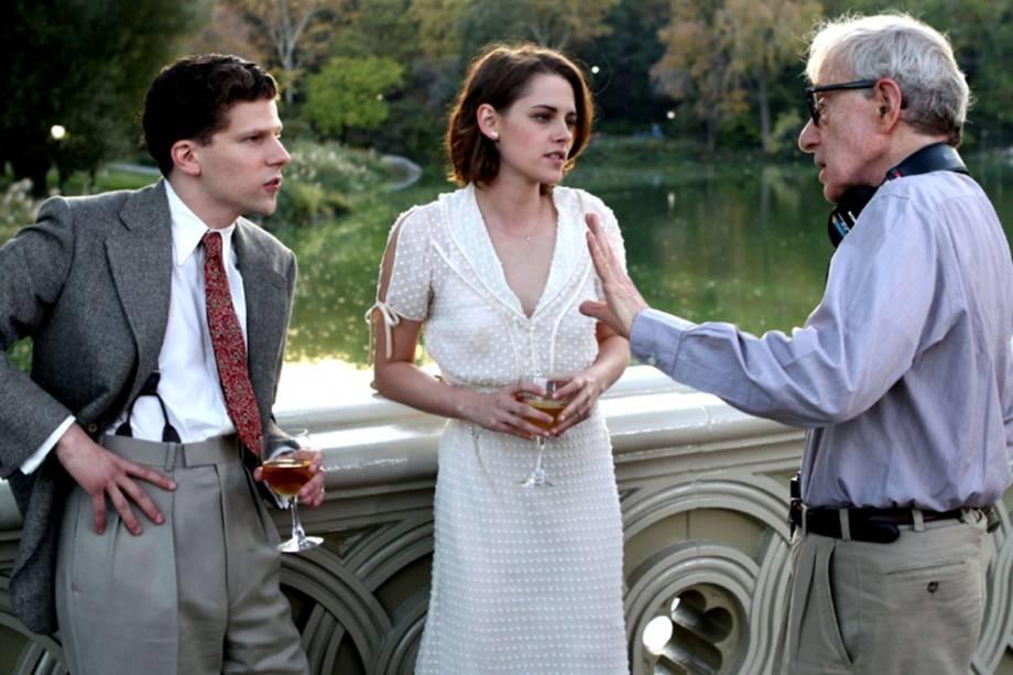 Kristen Stewart e Jesse Eisenberg conversam com Woody Allen durante gravações do filme Café Society