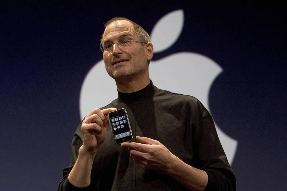 Steve Jobs apresenta o iPhone 2G, o primeiro da geração de smartphones da Apple, em 2007