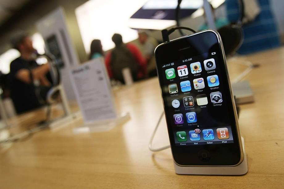 iPhone 3G, o segundo da geração é visto em uma loja da Apple em Nova York, em 2008