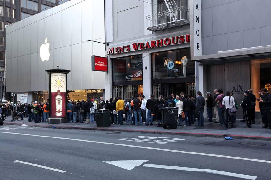 Pessoas fazem fila em uma loja da Apple, para comprar o iPhone 3Gs, em 2009