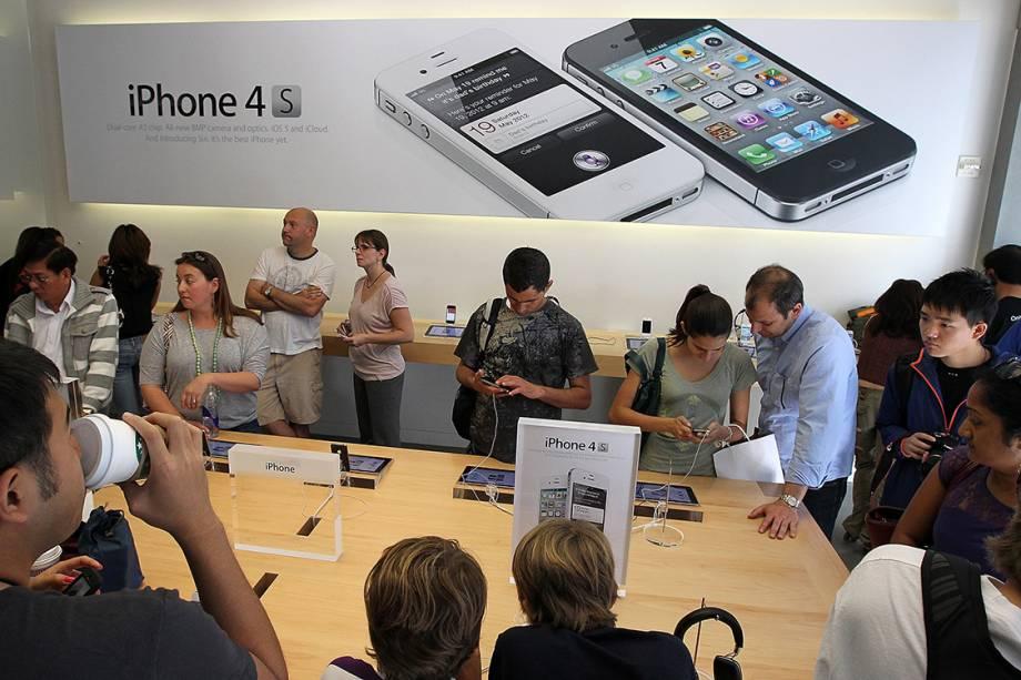 Clientes lotam uma loja da Apple em São Francisco, para comprar o iPhone 4Gs, lançado em outubro de 2011