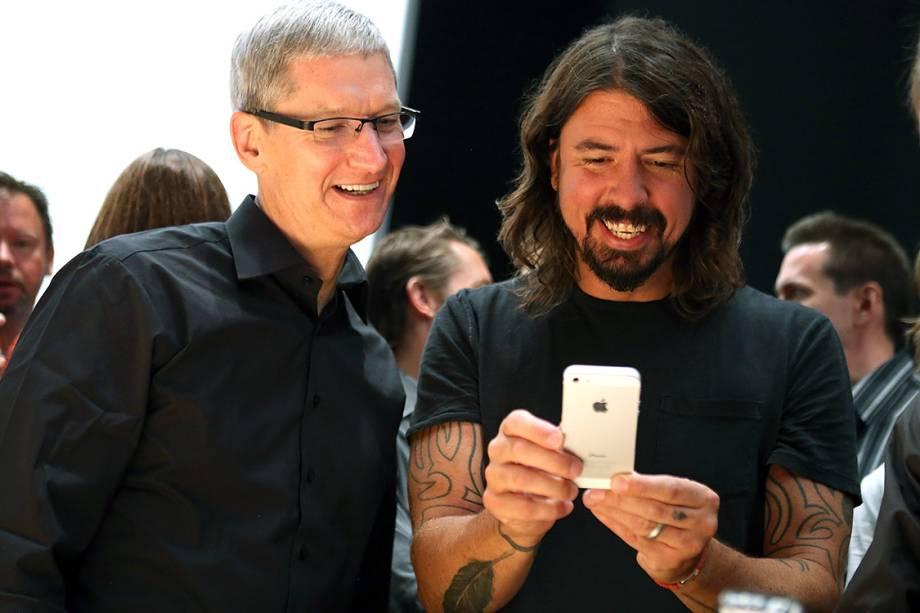 O CEO da Apple, Tim Cook, e o vocalista da banda Foo Fighters, Dave Grohl, testam o iPhone 5, lançado em setembro de 2012